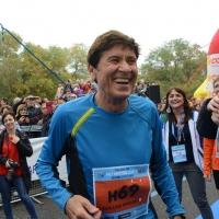 """Foto Nicoloro G.   09/11/2014   Ravenna    Sedicesima edizione della """" Maratona Internazionale Ravenna Città d Arte """". nella foto il cantante Gianni Morandi, grande frequentatore di maratone, ha partecipato alla mezza maratona di 21,097 Km."""