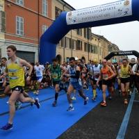 """Foto Nicoloro G.   09/11/2014   Ravenna    Sedicesima edizione della """" Maratona Internazionale Ravenna Città d Arte """". nella foto il momento della partenza."""