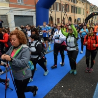 """Foto Nicoloro G.   09/11/2014   Ravenna    Sedicesima edizione della """" Maratona Internazionale Ravenna Città d Arte """". nella foto anche un gruppo di """" camminata nordica """" partecipa alla maratona."""