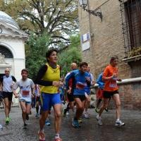 """Foto Nicoloro G.   09/11/2014   Ravenna    Sedicesima edizione della """" Maratona Internazionale Ravenna Città d Arte """". nella foto al centro il cantante Gianni Morandi, grande frequentatore di maratone, ha partecipato alla mezza maratona di 21,097 Km."""