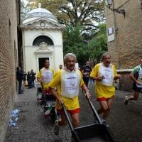"""Foto Nicoloro G.   09/11/2014   Ravenna    Sedicesima edizione della """" Maratona Internazionale Ravenna Città d Arte """". nella foto gli scariolanti lungo il percorso."""