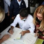 Foto Nicoloro G.   27/09/2021   Ravenna   Il leader di Italia Viva e' in citta' per presentare il suo libro e sostenere la lista Ravenna in Campo, che a lui fa riferimento e che appoggia l' elezione a sindaco del candidato del Centrosinistra. nella foto Matteo Renzi firma copie del suo libro.