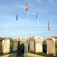 """Foto Nicoloro G.  14/09/2010  Conselice (Ravenna)  Monumento """" Dalla stampa clandestina alla liberta' di stampa """". nella foto Il Monumento"""