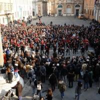 Foto Nicoloro G. 14/02/2013 Ravenna Anche a Ravenna ragazzi e ragazze, donne e uomini di ogni età hanno ballato in piazza unendosi al miliardo di persone nel mondo per dire Basta !!! alla violenza maschile sulle donne e le bambine. Gli studenti hanno partecipato in massa. Nella foto Flash mob di ballo