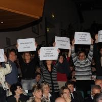 Foto Nicoloro G. 07/12/2012 Milano Tradizionale cerimonia di consegna delle civiche benemerenze del Comune di Milano nel giorno di S. Ambrogio. nella foto Cartelli di solidarietà ai lavoratori Torre del binario 21