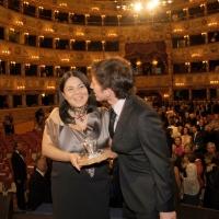 """Foto Nicoloro G.   04/09/2010  Venezia  Quarantottesima edizione del """" Premio Campiello Letteratura """". nella foto Michela Murgia baciata dal marito"""
