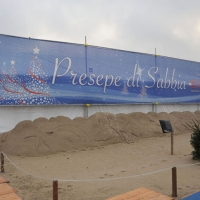 Foto Nicoloro G. 23/12/2010 Marina di Ravenna (RA) Tradizionale presepe di sabbia realizzato da quattro artisti stranieri, russo – spagnolo – giapponese – sloveno, sotto un tendone vicino al mare di Marina di Ravenna. nella foto L'esterno del tendone che ospita il presepe di sabbia