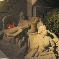 Foto Nicoloro G. 23/12/2010 Marina di Ravenna (RA) Tradizionale presepe di sabbia realizzato da quattro artisti stranieri, russo – spagnolo – giapponese – sloveno, sotto un tendone vicino al mare di Marina di Ravenna. nella foto Una figura del presepe: il fornaio