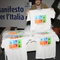 """Foto Nicoloro G.  06/11/2010 Bastia Umbra  (Perugia)  Prima Convention di Futuro e Liberta' – Manifesto per l' Italia. nella foto Un banco con le ormai famose magliette """"Che fai, mi cacci ?"""""""