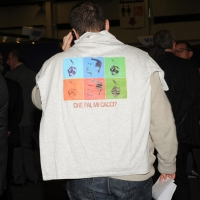 """Foto Nicoloro G.  06/11/2010 Bastia Umbra  (Perugia)  Prima Convention di Futuro e Liberta' – Manifesto per l' Italia. nella foto Un simpatizzante con la ormai famosa maglietta """"Che fai, mi cacci ?"""""""