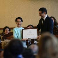 Foto Nicoloro G. 30/10/2013 Bologna Il leader dell' opposizione birmana Aung San Suu Kyi ospite della città di Bologna per ricevere la cittadinanza onoraria in Comune e la laurea honoris causa in Università. nella foto Aung San Suu Kyi – Virginio Merola