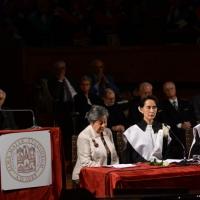 Foto Nicoloro G. 30/10/2013 Bologna Il leader dell' opposizione birmana Aung San Suu Kyi ospite della città di Bologna per ricevere la cittadinanza onoraria in Comune e la laurea honoris causa in Università. nella foto Angela Bisimosca – Aung San Suu Kyi – Ivano Dionigi