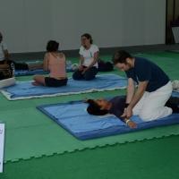 """Foto Nicoloro G.   30/05/2014   Rimini   Si è aperta la 9° edizione di """" Rimini Wellness """". nella foto i frequentatori del Rimini Wellness si sottopongono anche a terapie di prova di massaggi."""