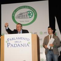 """Foto Nicoloro G. 04/12/2011 Vicenza Dopo quattro anni si riunisce il Parlamento Padano nella sua sede di villa """" La Favorita """". nella foto Umberto Bossi – Renzo Bossi"""