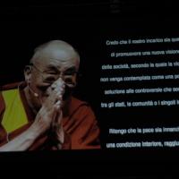"""Foto Nicoloro G. 18/11/2011 Milano Si svolge all' Universita' Bocconi la terza conferenza internazionale di """" Science for Peace """", due giorni di incontri e dibattiti per promuovere la diffusione di una cultura di pace e la progressiva riduzione degli ordigni nucleari e delle spese militari a favore di maggiori investimenti in ricerca e sviluppo. nella foto Il messaggio del Dalai Lama"""