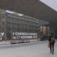 """Foto Nicoloro G. 16/11/2012 Milano Quarta Conferenza Mondiale """" Science for Peace """" in cui si analizzano le cause all' origine di conflitti e le soluzioni che la Scienza offre per la prevenzione e la risoluzione. In questa edizione esperti internazionali parlano di pena di morte ed ergastolo, accesso alle risorse e coesione sociale. nella foto L'Università Bocconi e il logo dell'Evento"""