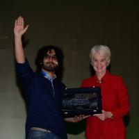 """Foto Nicoloro G.   14/11/2014   Milano     Sesta Conferenza Mondiale """" Science for Peace """" dal titolo """" Pace come condizione del benessere """". nella foto l' artista yemenita  Murad Subay, vincitore dell """"Art for Peace Award 2014 """", riceve il premio da Kathleen Kennedy Townsend."""