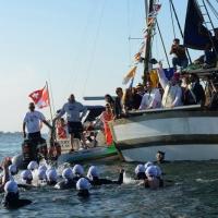 """Foto Nicoloro G.  01/06/2014  Cervia ( Ravenna )  570° edizione dello """" Sposalizio del Mare """". nella foto tutti i partecipanti  pronti ad immergersi mentre l' arcivescovo lancia in mare l' anello."""