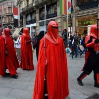 """Foto Nicoloro G.   03/05/2015  Milano   Si è svolto lo """" Star Wars Day """" che ha richiamato una moltitudine di appassionati della saga cinematografica di fantascienza di Star Wars. nella foto lungo il corteo della parata che ha attraversato il centro della città."""