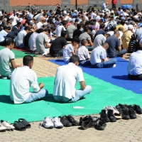 Foto Nicoloro G.  10/09/2010  Milano Primo venerdì di preghiera per la comunità islamica dopo la fine del Ramadan. nella foto La comunità in preghiera all'aperto