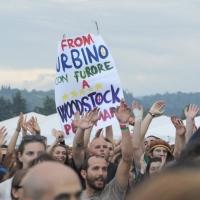 """Foto Nicoloro/Omega  26/09/2010 Cesena Seconda giornata del """" Woodstock 5 Stelle - Musica & Futuro """" organizzato dal """" Movimento 5 Stelle """" di Beppe Grillo all' interno del parco dell' Ippodromo di Cesena. nella foto Simpatizzanti del Movimento 5 Stelle, i cosidetti """"grillini"""", con cartello"""